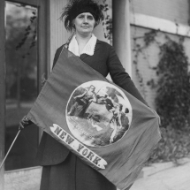 Ainge-1921-FirstDelegateToArriveatNWPnationalConventioninD.C.-holdingNYbanner-68NYdelegatesTotal (1)